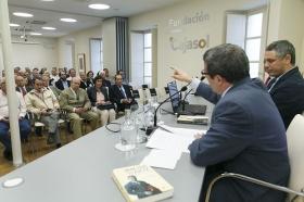"""Presentación del libro 'Pepe Luis Vázquez, torero de culto', obra de Carlos Crivell y Antonio Lorca (5) • <a style=""""font-size:0.8em;"""" href=""""http://www.flickr.com/photos/129072575@N05/34186427871/"""" target=""""_blank"""">View on Flickr</a>"""