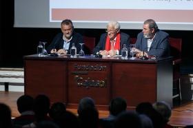 "Conferencia del Padre Ángel en la Fundación Cajasol (9) • <a style=""font-size:0.8em;"" href=""http://www.flickr.com/photos/129072575@N05/38385081146/"" target=""_blank"">View on Flickr</a>"