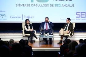 """Encuentros de la SER 40 años del 4-D en la Fundación Cajasol: Soraya Sáenz de Santa María y Juan Manuel Moreno (7) • <a style=""""font-size:0.8em;"""" href=""""http://www.flickr.com/photos/129072575@N05/26763350759/"""" target=""""_blank"""">View on Flickr</a>"""