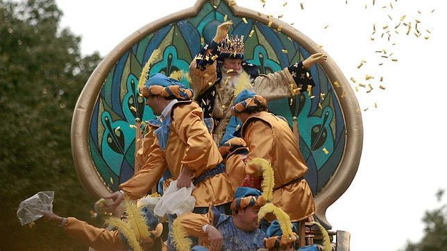 La Fundación Cajasol entrega más de 4.000 kilos de caramelos y regalos para festejar la llegada de los Reyes Magos a Sevilla
