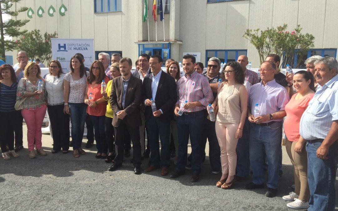 Fundación Cajasol y Giahsa entregan 30.000 botellas de agua a las hermandades de Huelva para aliviar las altas temperaturas del camino del Rocío
