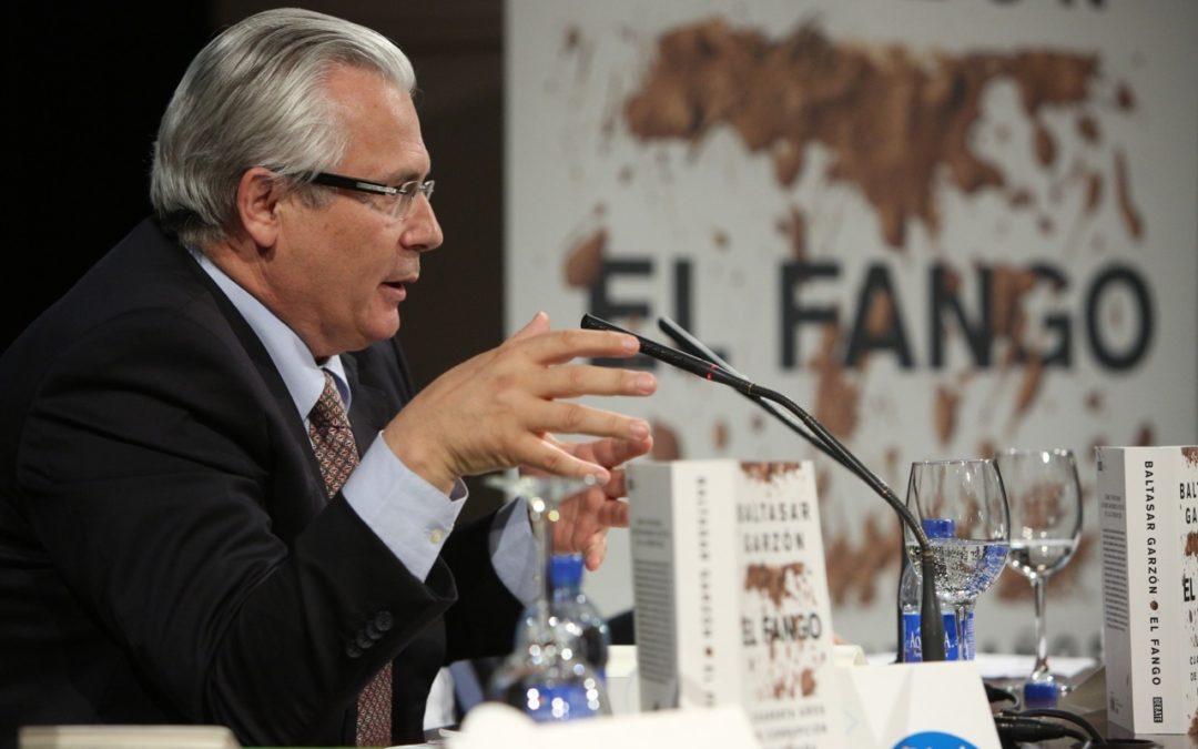 Baltasar Garzón presenta 'El Fango' en la sede de la Fundación Cajasol