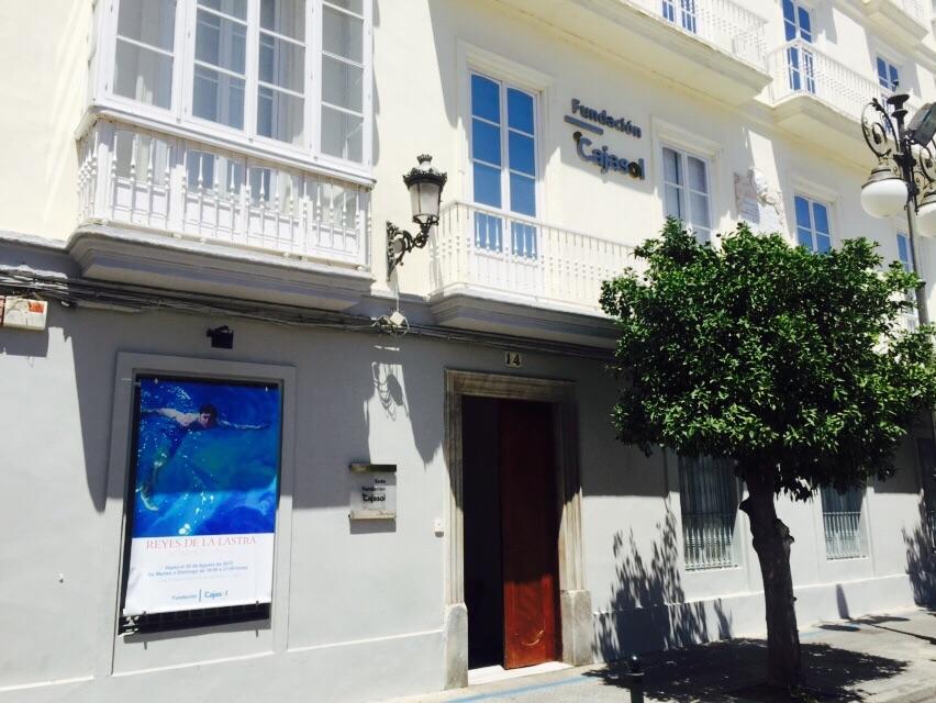 La exposición 'Retratos/Portraits' de la pintora Reyes de la Lastra permanecerá hasta finales de agosto en la sede de la Fundación Cajasol en Cádiz