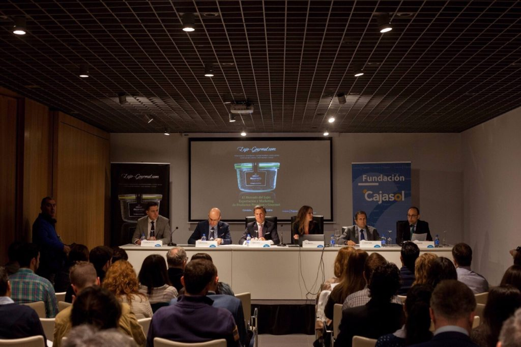 El público atiende con interés a las explicaciones de los ponentes