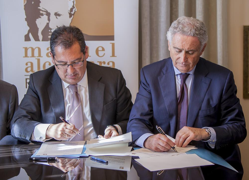 Antonio Pulido, sellando el acuerdo con la Fundación Manuel Alcántara