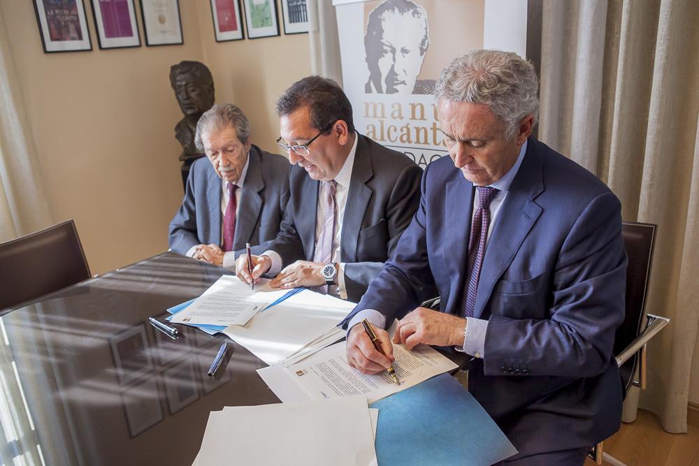 Antonio Pedraza firmó en representación de la Fundación Manuel Alcántara