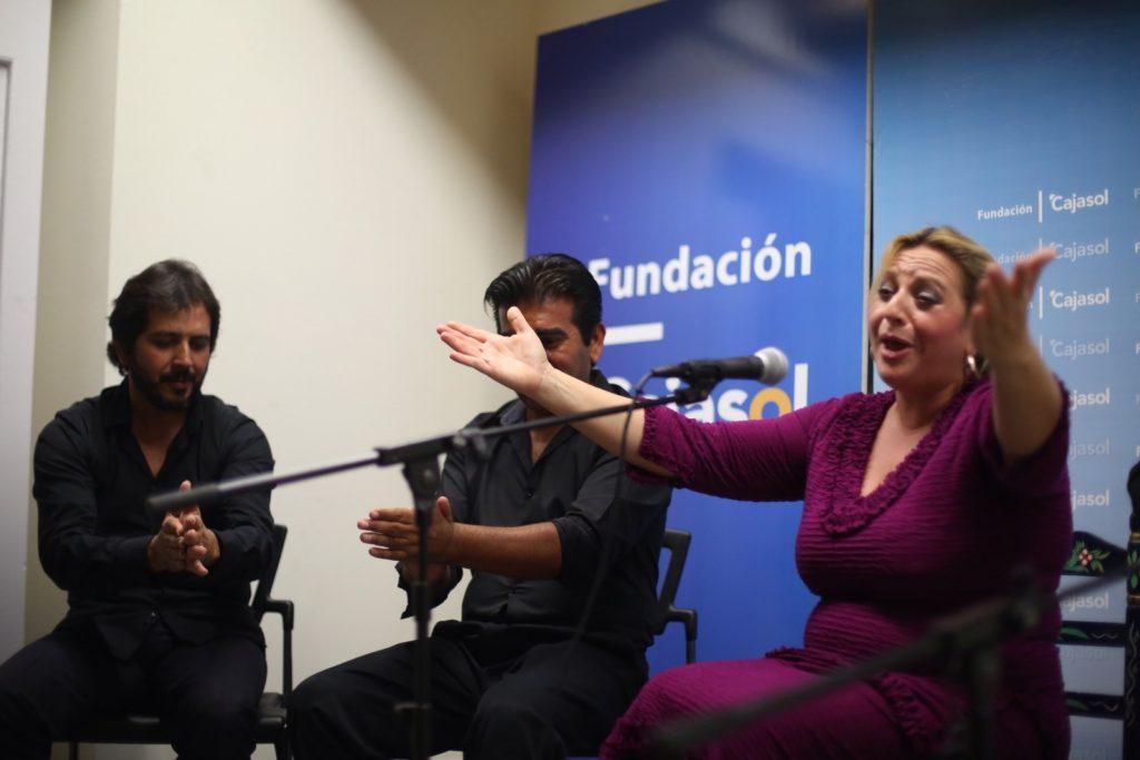 Remedios Reyes abre los público buscando la complicidad con el público que llenó la sala de la Fundación Cajasol en Cádiz
