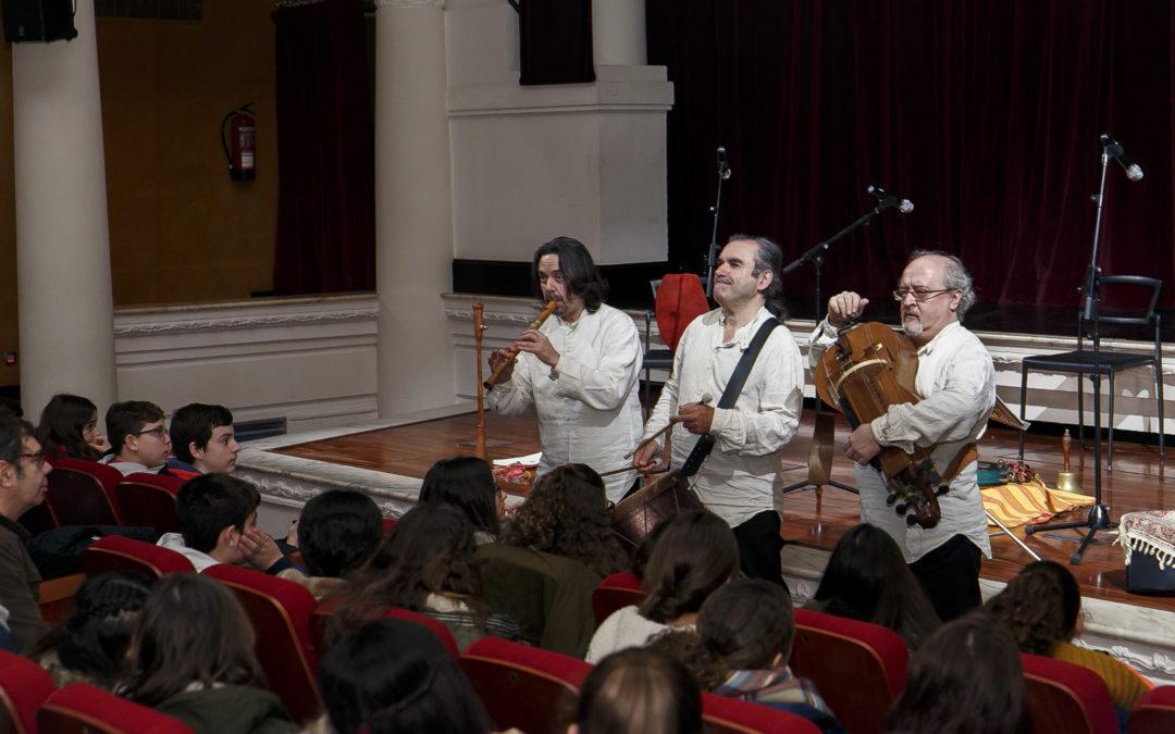 Escolares aprenden detalles de la música medieval con el concierto didáctico de Artefactum