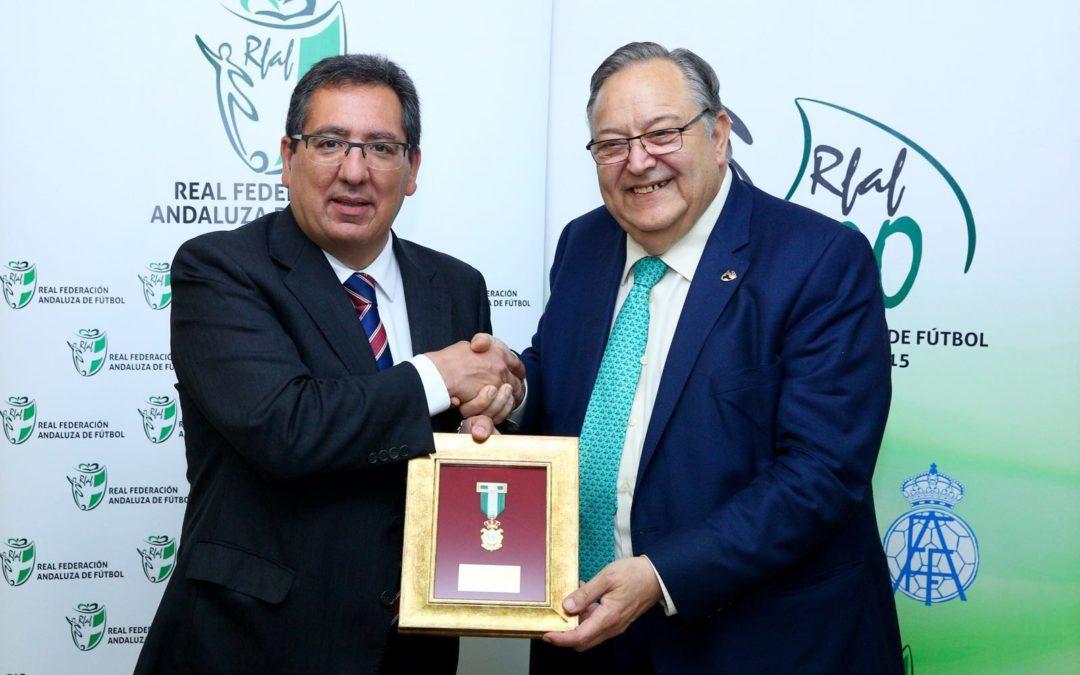 La Fundación Cajasol recibe la Medalla del Centenario de la RFAF