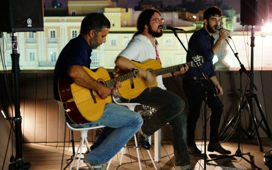 La voz personal y cálida de Fernando Lobo cierra la música en directo de los 'Jueves en la Azotea' de la Fundación Cajasol en Cádiz