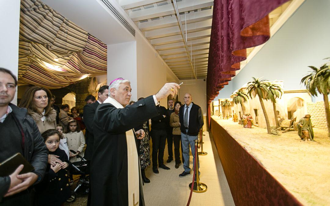 El obispo de Cádiz y Ceuta, monseñor Rafael Zornoza Boy, bendice el Belén de la Fundación Cajasol