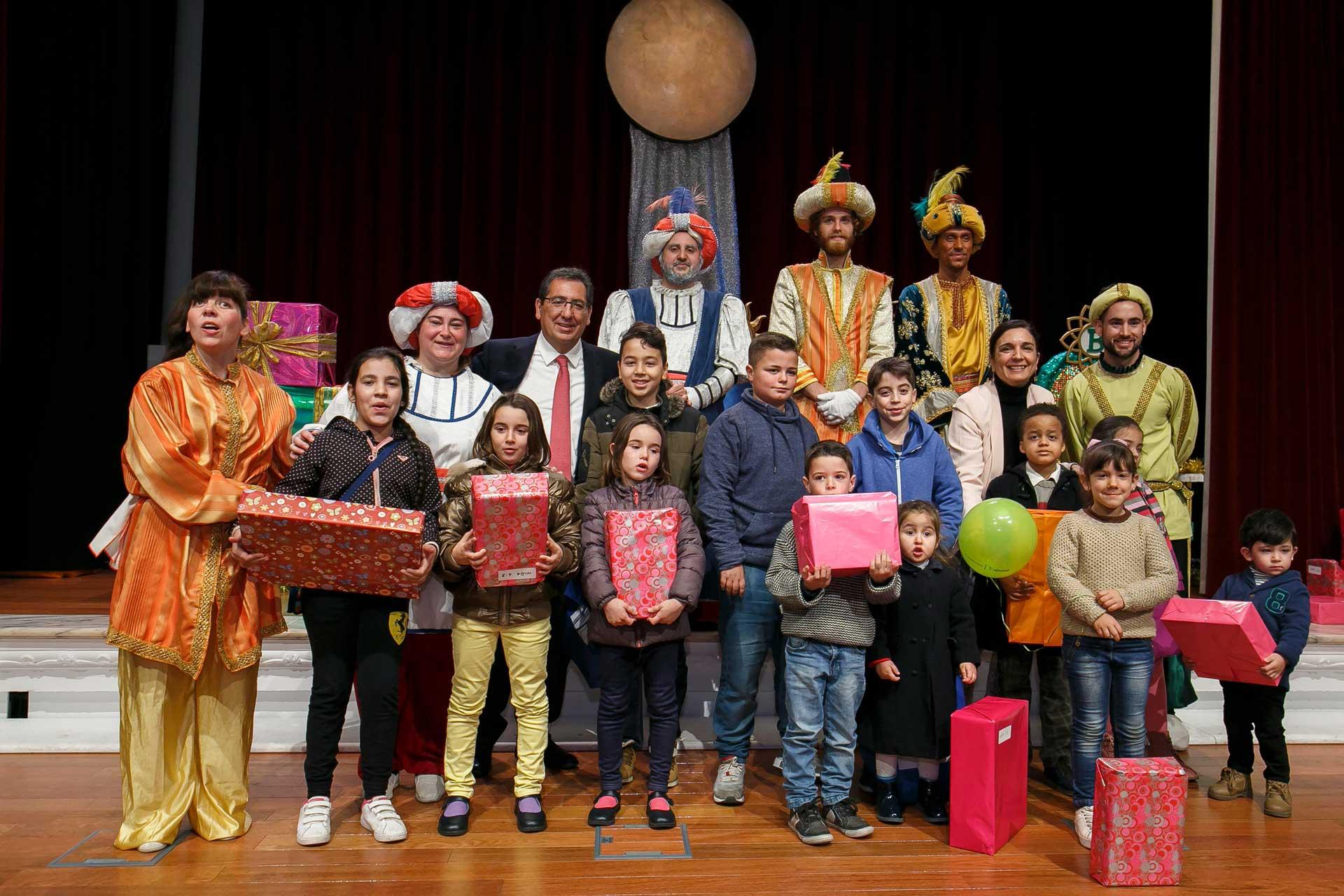 Niños de diferentes asociaciones reciben sus regalos de manos de SS.MM. Reyes Magos de Oriente