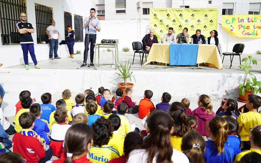 El Cádiz CF sigue llevando la ilusión a las aulas gaditanas con el apoyo de la Fundación Cajasol