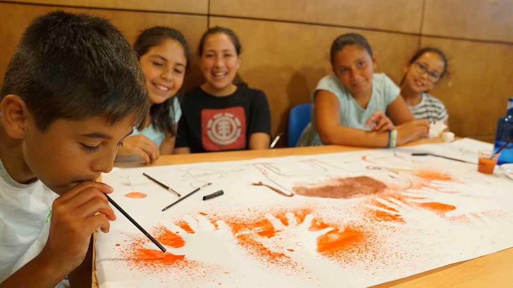 Alumnos del colegio Campo del Sur de Cádiz participando en el Taller de Prehistoria en la Fundación Cajasol