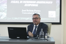 """Conferencia de José Beltrán Fortes en el Seminario sobre Itálica en la Fundación Cajasol (9) • <a style=""""font-size:0.8em;"""" href=""""http://www.flickr.com/photos/129072575@N05/42142358681/"""" target=""""_blank"""">View on Flickr</a>"""