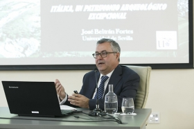 """Conferencia de José Beltrán Fortes en el Seminario sobre Itálica en la Fundación Cajasol (5) • <a style=""""font-size:0.8em;"""" href=""""http://www.flickr.com/photos/129072575@N05/41422082144/"""" target=""""_blank"""">View on Flickr</a>"""