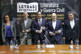 """Presentación de 'Letras en Sevilla' en la Fundación Cajasol • <a style=""""font-size:0.8em;"""" href=""""http://www.flickr.com/photos/129072575@N05/34611740655/"""" target=""""_blank"""">View on Flickr</a>"""