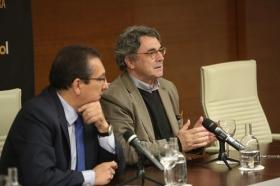 "Rueda de prensa 'Letras en Sevilla': Chaves Nogales, una tragedia española (2) • <a style=""font-size:0.8em;"" href=""http://www.flickr.com/photos/129072575@N05/38032179622/"" target=""_blank"">View on Flickr</a>"