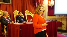 """Conferencia de Sarah Harmon en 'De Cádiz al Mundo' (5) • <a style=""""font-size:0.8em;"""" href=""""http://www.flickr.com/photos/129072575@N05/38104580152/"""" target=""""_blank"""">View on Flickr</a>"""