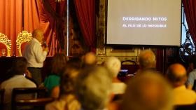 """Conferencia de Sebastián Álvaro 'Derribando mitos. Al filo de lo imposible' en Cádiz (3) • <a style=""""font-size:0.8em;"""" href=""""http://www.flickr.com/photos/129072575@N05/37513539802/"""" target=""""_blank"""">View on Flickr</a>"""
