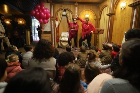 "Visita teatralizada al Belén 2017 de la Fundación Cajasol en Córdoba (9) • <a style=""font-size:0.8em;"" href=""http://www.flickr.com/photos/129072575@N05/38882212601/"" target=""_blank"">View on Flickr</a>"