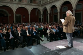 "Letras en Sevilla: 'Chaves Nogales, una tragedia española' con Juan Echanove (7) • <a style=""font-size:0.8em;"" href=""http://www.flickr.com/photos/129072575@N05/38180258752/"" target=""_blank"">View on Flickr</a>"