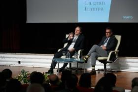"""Presentación del libro 'La gran trampa', de Daniel Lacalle, en la Fundación Cajasol (12) • <a style=""""font-size:0.8em;"""" href=""""http://www.flickr.com/photos/129072575@N05/38165226435/"""" target=""""_blank"""">View on Flickr</a>"""