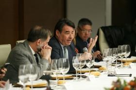 """Visita del Embajador de Japón en España a la Fundación Cajasol (12) • <a style=""""font-size:0.8em;"""" href=""""http://www.flickr.com/photos/129072575@N05/39267330725/"""" target=""""_blank"""">View on Flickr</a>"""