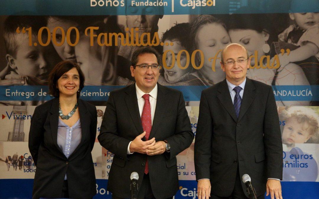 La Fundación Cajasol entrega mil bonos de 500 euros a familias en situación de extrema necesidad