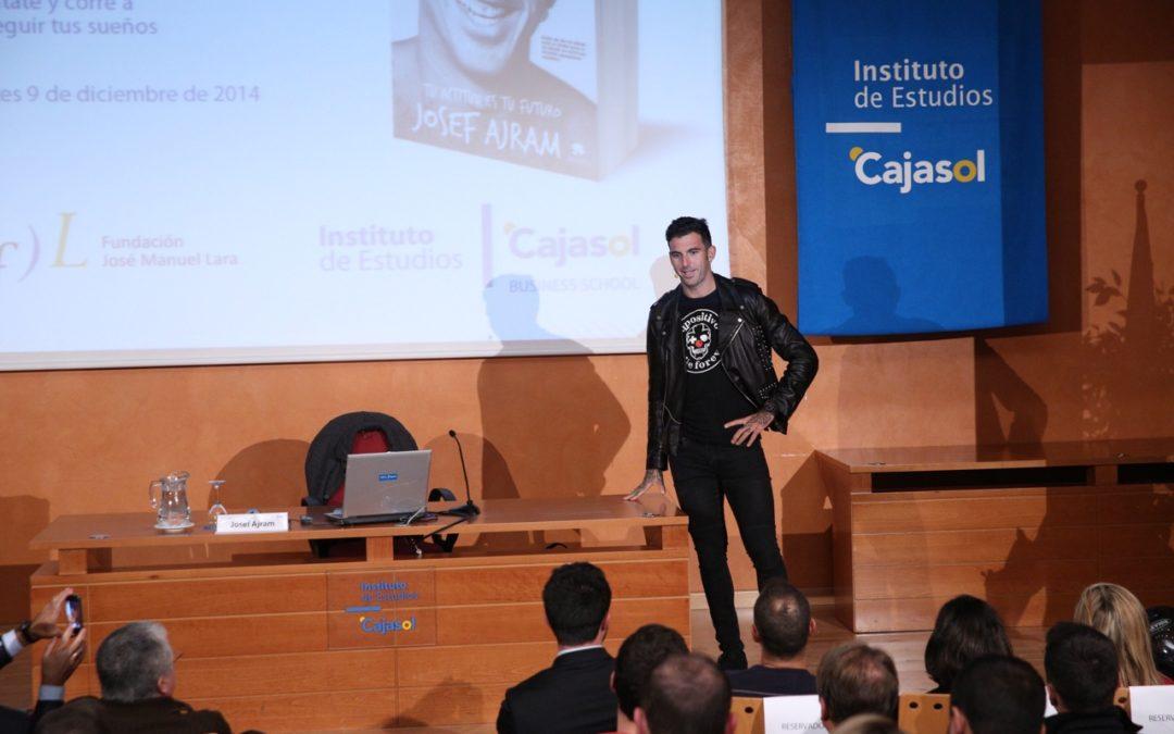 Josef Ajram contagia su optimismo en el Instituto de Estudios Cajasol y brinda consejos para triunfar