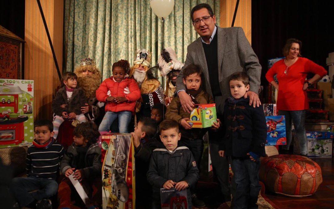 Los Reyes Magos hacen entrega de los regalos y juguetes a niños sin recursos en la Fundación Cajasol