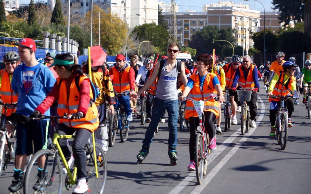 Sevilla disfruta de una estupenda jornada con actividades lúdicas, divertidas y saludables 'sobre ruedas'