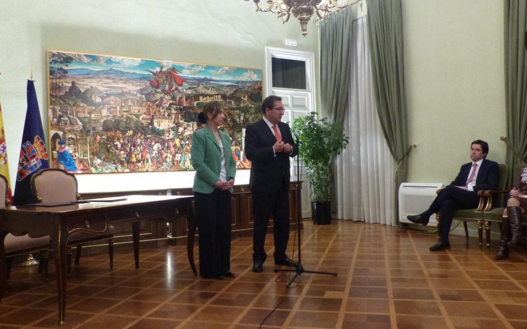 La Fundacion Cajasol entrega el 'Retablo Arriacense', obra de Víctor de la Vega, a la Diputación de Guadalajara