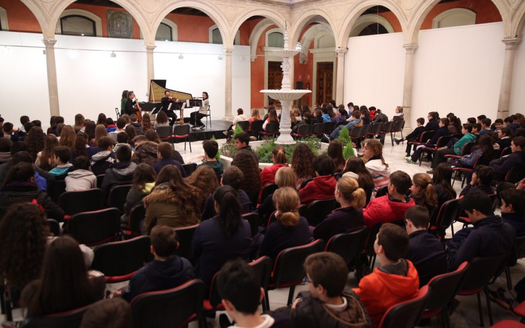 La Orquesta Barroca de Sevilla 'regresa al pasado' para acercar la música antigua a alumnos de primaria en la Fundación Cajasol