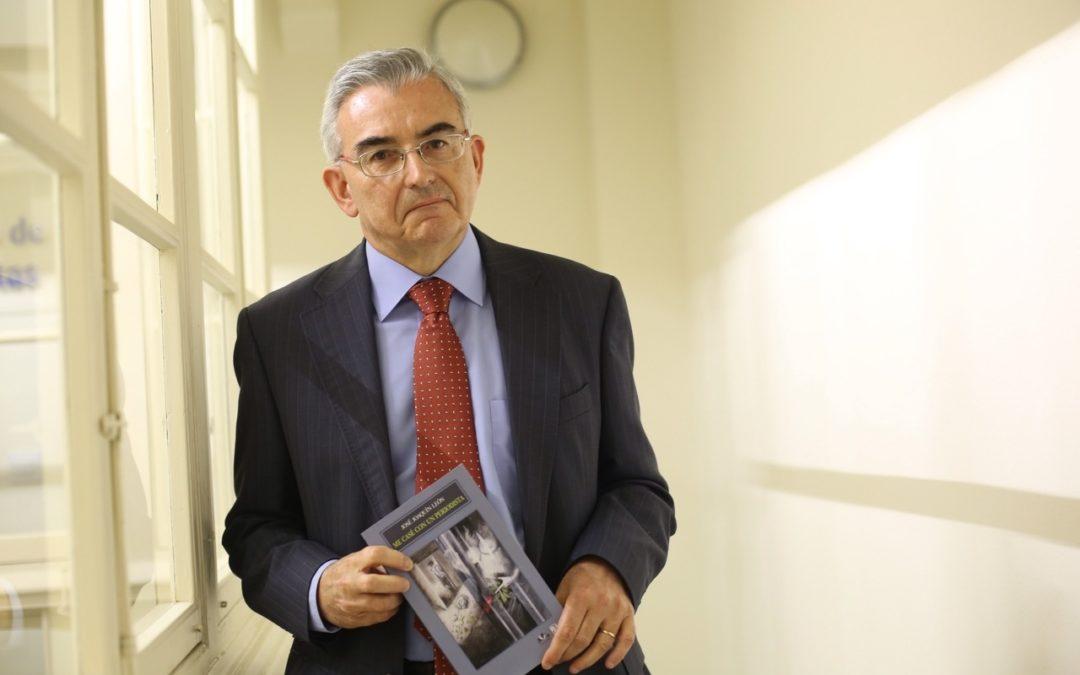 José Joaquín León presenta su primera novela en la sede de la Fundación Cajasol en Cádiz