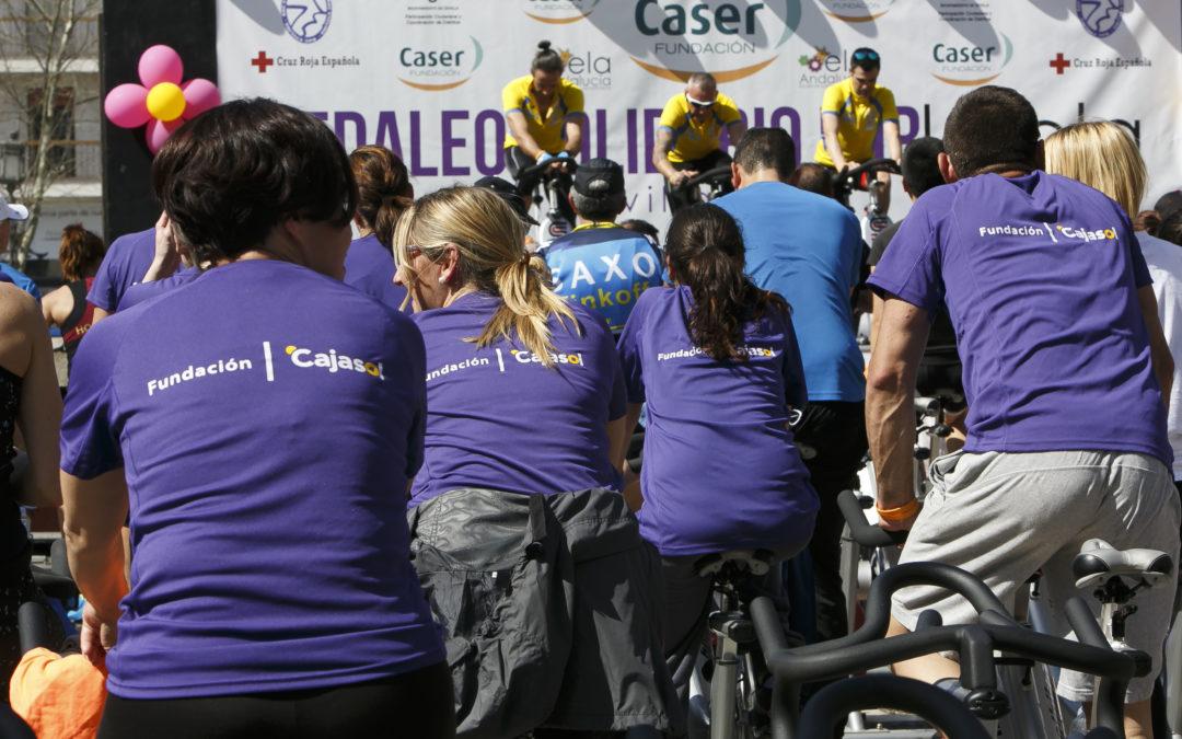 El 'Pedaleo solidario por la ELA', un éxito organizativo y de participación en la Plaza Nueva de Sevilla