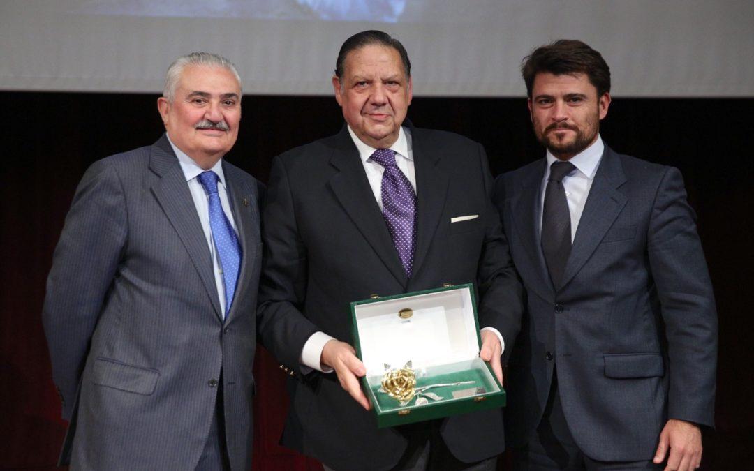 La Hermandad de Los Gitanos recibe la Rosa de Pasión del programa Cruz de Guía de Radio Sevilla