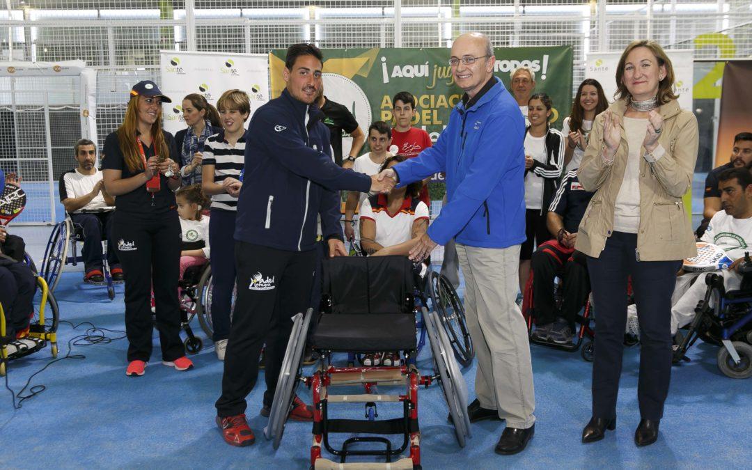 La Fundación Cajasol dona una silla deportiva a la Asociación de Pádel Adaptado 'Pádel Integra'