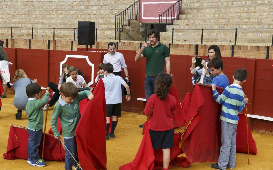 Niños, jóvenes y adultos disfrutan del II Taller de Tauromaquia en La Maestranza