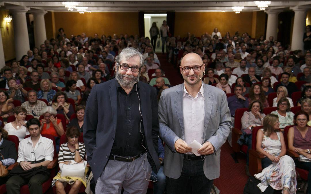 Rotundo éxito de Antonio Muñoz Molina con su conferencia 'Aprendiendo a escribir novelas' en la Fundación Cajasol