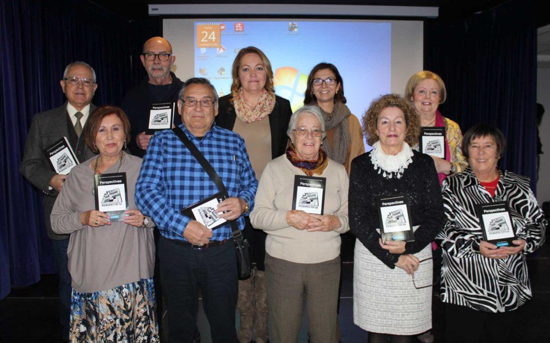 Los mayores del taller de Escritura Creativa de la Fundación Cajasol en Huelva presentan el libro 'Perspectivas'