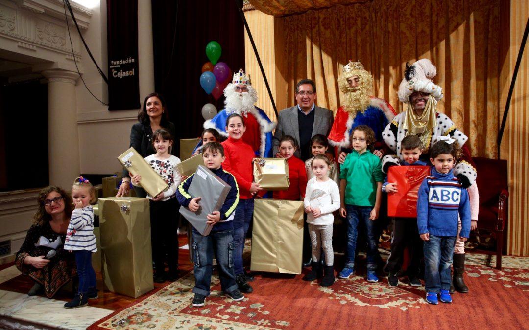 Los Reyes Magos entregan a más de 750 regalos a niños sin recursos en la Fundación Cajasol