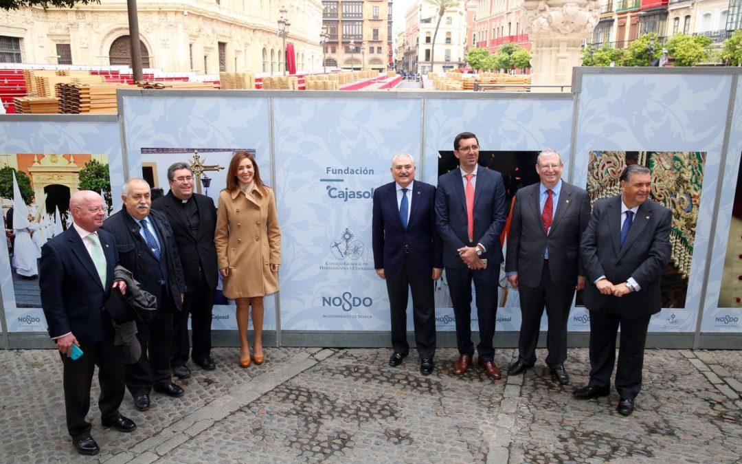 La Fundación Cajasol cubre con fotografías vineladas los paneles de la Carrera Oficial en Sevilla