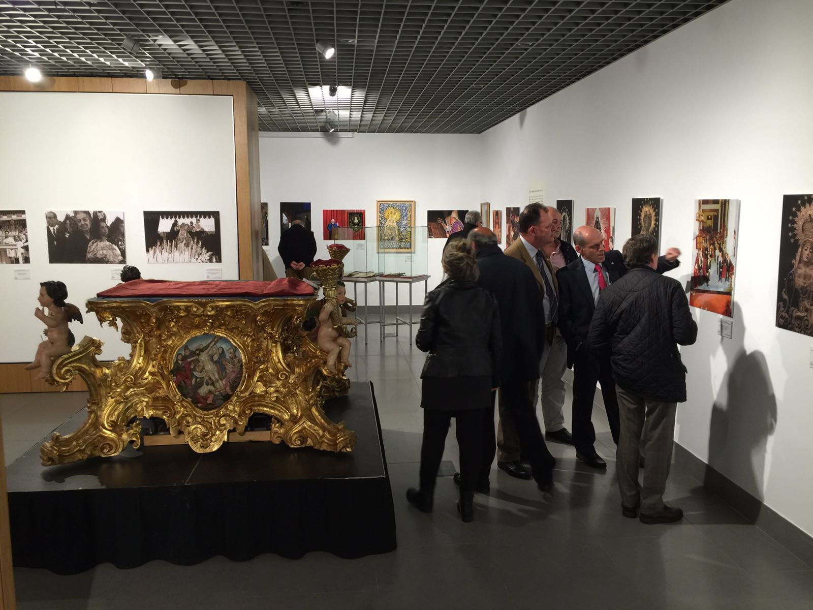 La Fundación Cajasol, con los enseres especiales de la Virgen de los Dolores