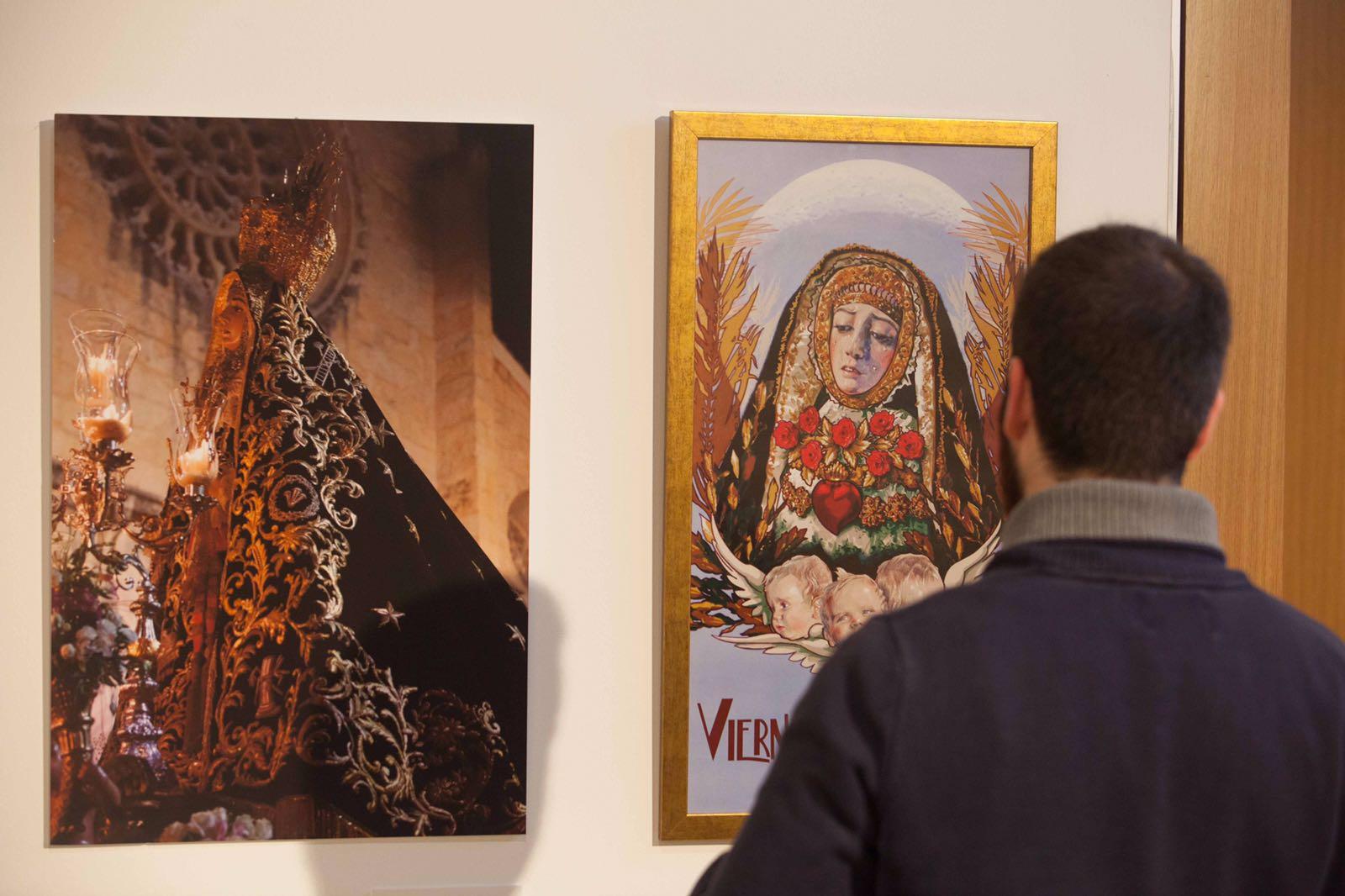 Un visitante observa alguno de los cuadros sobre la Virgen de los Dolores