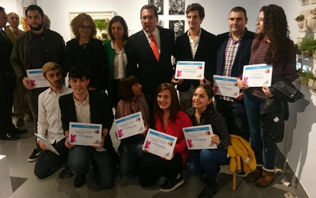 La Fundación Cajasol entrega los premios a los ganadores del concurso 'El arte y los patios cordobeses'