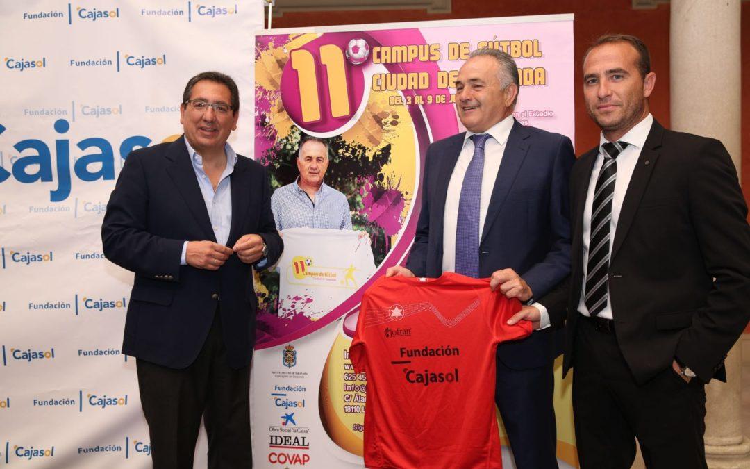 La Fundación Cajasol beca a 30 niños para que disfruten del XI Campus de Fútbol Ciudad de Granada