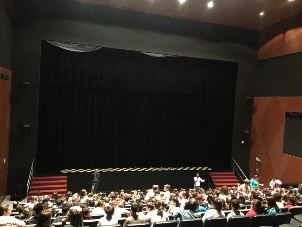 Los escolares llenaron el Auditorio Municipal de Lucena para asistir al concierto 'Acábate la sopa'