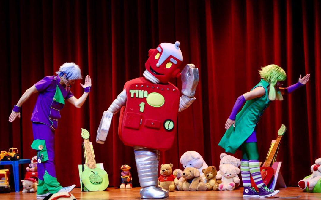 Divertido espectáculo de 'Los Ju', aconsejando a los escolares cuidar los juguetes y ceder aquellos que no necesiten