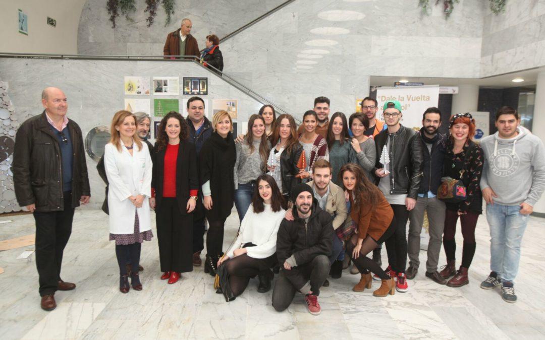 Esta Navidad los alumnos de la Escuela de Arte Mateo Inurria de Córdoba 'le dan una vuelta al árbol'